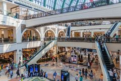 DOUBAI, DE V.A.E - 21 OKTOBER, 2016: De wandelgalerij van het winkelcomplex van Emiraten in Doubai, verenigde Arabische Emirat royalty-vrije stock afbeeldingen