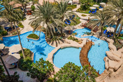 doubai In de zomer van 2016 De groene oase op het Ritz Carlton Dubai-hotel stock foto
