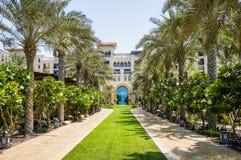 doubai De zomer van 2016 Een groene oase die het Vier Seizoenenhotel Jumeirah overzien Stock Fotografie