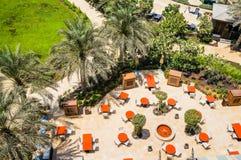 doubai De zomer van 2016 Een groene oase met de oranje mening van de lijstenbovenkant van Vier Seizoenenhotel Jumeirah Stock Foto's