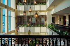 doubai In de zomer van 2016 Modern en helder binnenland in het hotel Kempinski, Ajman Ontwerperkroonluchter in het halhotel Stock Foto's