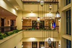 doubai In de zomer van 2016 Modern en helder binnenland in het hotel Kempinski, Ajman Ontwerperkroonluchter in het halhotel Royalty-vrije Stock Foto's