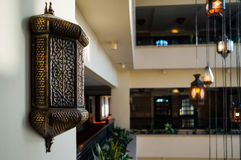 doubai In de zomer van 2016 Modern en helder binnenland in het hotel Kempinski, Ajman Ontwerperkroonluchter in het halhotel Stock Afbeeldingen