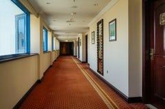 doubai In de zomer van 2016 Modern en helder binnenland in het hotel Kempinski De hotelgang Stock Afbeelding