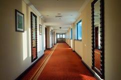 doubai In de zomer van 2016 Modern en helder binnenland in het hotel Kempinski De hotelgang Royalty-vrije Stock Foto