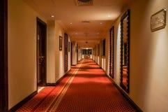 doubai In de zomer van 2016 Modern en helder binnenland in het hotel Kempinski De hotelgang Stock Afbeeldingen