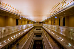 doubai In de zomer van 2016 Modern en helder binnenland in het hotel Kempinski de Palm, Jumeirah De hotelgang Royalty-vrije Stock Foto
