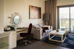 doubai In de zomer van 2016 Modern en helder binnenland in het hotel Wyndham Dubai Marina Royalty-vrije Stock Foto