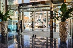 doubai In de zomer van 2016 Modern en helder binnenland in het hotel Wyndham Dubai Marina Stock Foto's
