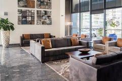 doubai In de zomer van 2016 Modern en helder binnenland met marmeren decoratie in het hotel Hilton Stock Afbeeldingen