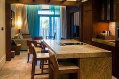 doubai In de zomer van 2016 Modern en helder binnenland met marmeren decoratie in het hotel Sofitel de Palm Royalty-vrije Stock Afbeeldingen