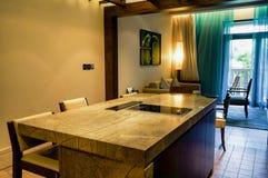 doubai In de zomer van 2016 Modern en helder binnenland met marmeren decoratie in het hotel Sofitel de Palm Stock Foto