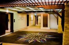 doubai In de zomer van 2016 Modern en helder binnenland met marmeren decoratie in het hotel Sofitel de Palm Royalty-vrije Stock Afbeelding
