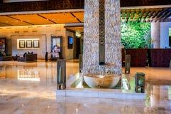 doubai In de zomer van 2016 Modern en helder binnenland met muren van het leven installaties en marmeren decoratie in het hotel S Stock Foto's