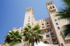 doubai In de zomer van 2016 Modern hotel die Sheraton Sharjah Beach Resort Spa in een groene oase bouwen op de kust van de Arabie Royalty-vrije Stock Foto's