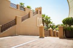 doubai In de zomer van 2016 Modern hotel die Sheraton Sharjah Beach Resort Spa in een groene oase bouwen op de kust van de Arabie Royalty-vrije Stock Fotografie