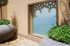 doubai In de zomer van 2016 Modern hotel die Sheraton Sharjah Beach Resort Spa in een groene oase bouwen op de kust van de Arabie Stock Afbeeldingen