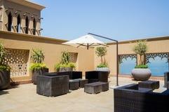 doubai In de zomer van 2016 Modern hotel die Sheraton Sharjah Beach Resort Spa in een groene oase bouwen op de kust van de Arabie Royalty-vrije Stock Afbeelding