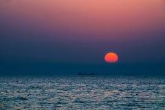 doubai De zomer van 2016 Zonsondergang in het Perzische Golf Het zeegezicht De Emiraat van Ajman Stock Foto