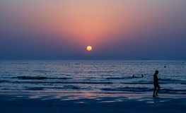 doubai De zomer van 2016 Zonsondergang in het Perzische Golf Het zeegezicht De Emiraat van Ajman Stock Fotografie