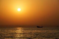 doubai De zomer van 2016 Zonsondergang in het Perzische Golf Het zeegezicht De Emiraat van Ajman Stock Afbeelding