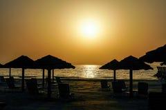 doubai De zomer van 2016 Zonsondergang in het Perzische Golf Het zeegezicht De Emiraat van Ajman Royalty-vrije Stock Fotografie
