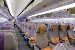 DOUBAI, EMIRATEN - 14 MAART, 2016: Boeing 777 EMIRATEN Uit de toeristenklasse met TV-het Aanrakingsscherm in de Luchtvaartlijnen  Royalty-vrije Stock Afbeelding