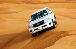 DOUBAI - JUNI 2: Drijvend op jeeps op de woestijn, traditioneel vermaak Stock Afbeeldingen