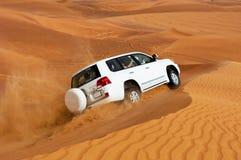 DOUBAI - JUNI 2: Drijvend op jeeps op de woestijn, traditioneel vermaak Royalty-vrije Stock Foto's