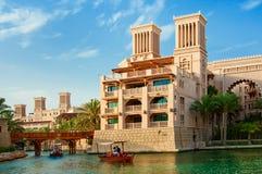 DOUBAI - JUNI 3: Het beroemde hotel en toeristendistrict van Madinat Jumeirah Stock Foto's