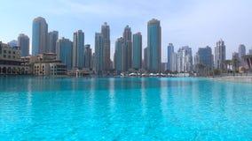 Doubai - snelst - groeiende stad in world//Skyscrapers op het overzees in een mythische mening 2018 royalty-vrije stock afbeelding