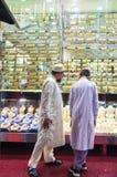 Doubai - Twee - kopers - mensen - winkelvenster - juwelen Stock Afbeeldingen