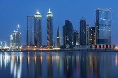 Doubai van de binnenstad bij dageraad stock afbeelding