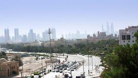 Doubai, Verenigde Arabische Emiraten, de V.A.E - 20 November, 2017: Verkeersbewegingen langs een bezige stadsweg in middag Een me stock video