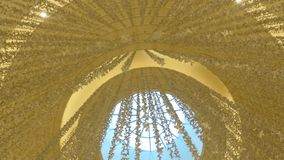 DOUBAI, VERENIGDE ARABISCHE EMIRATEN, DE V.A.E - 20 NOVEMBER, 2017: De Wandelgalerij van Doubai prachtig verfraaid plafond in het stock video