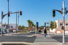 Doubai, Verenigde Arabische Emiraten - 12 December, 2018: kruising met verkeerslichten op een stadsstraat stock foto's
