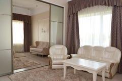doubl的卧室和绘图室的内部的片段 免版税库存图片