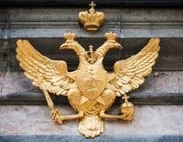 Double aigle d'or sur le mur en pierre Couche des bras de la Russie Photographie stock libre de droits