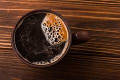 Double americano dans la tasse de café noir Photographie stock libre de droits