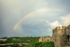 Double arc-en-ciel au-dessus des murs de château de San Pedro De La Roca, Santiago photo stock