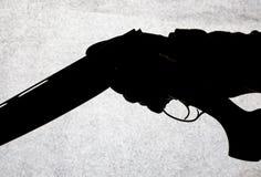 Double-barrell fusil de chasse lisse classique d'isolement sur le fond blanc dans la main de l'homme photos stock