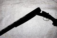 Double-barrell fusil de chasse lisse classique d'isolement sur le fond blanc dans la main de l'homme photo stock