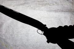 Double-barrell fusil de chasse lisse classique d'isolement sur le fond blanc dans la main de l'homme photo libre de droits