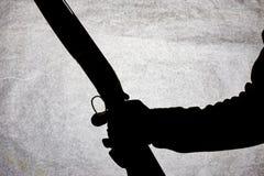 Double-barrell fusil de chasse lisse classique d'isolement sur le fond blanc dans la main de l'homme photographie stock