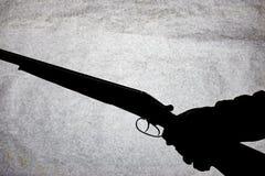 Double-barrell fusil de chasse lisse classique sur la main de l'homme d'isolement sur le fond en pierre clair photo stock