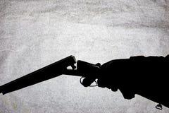 Double-barrell fusil de chasse lisse classique sur la main de l'homme d'isolement sur le fond en pierre clair photographie stock libre de droits