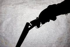 Double-barrell fusil de chasse lisse classique sur la main de l'homme d'isolement sur le fond en pierre clair photos libres de droits