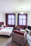 Double chambre d'hôtel avec les rideaux violets Photos stock