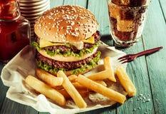 Double cheeseburger américain avec des pommes frites photographie stock libre de droits