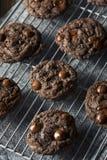 Double chocolat foncé fait maison Chip Cookies photographie stock libre de droits
